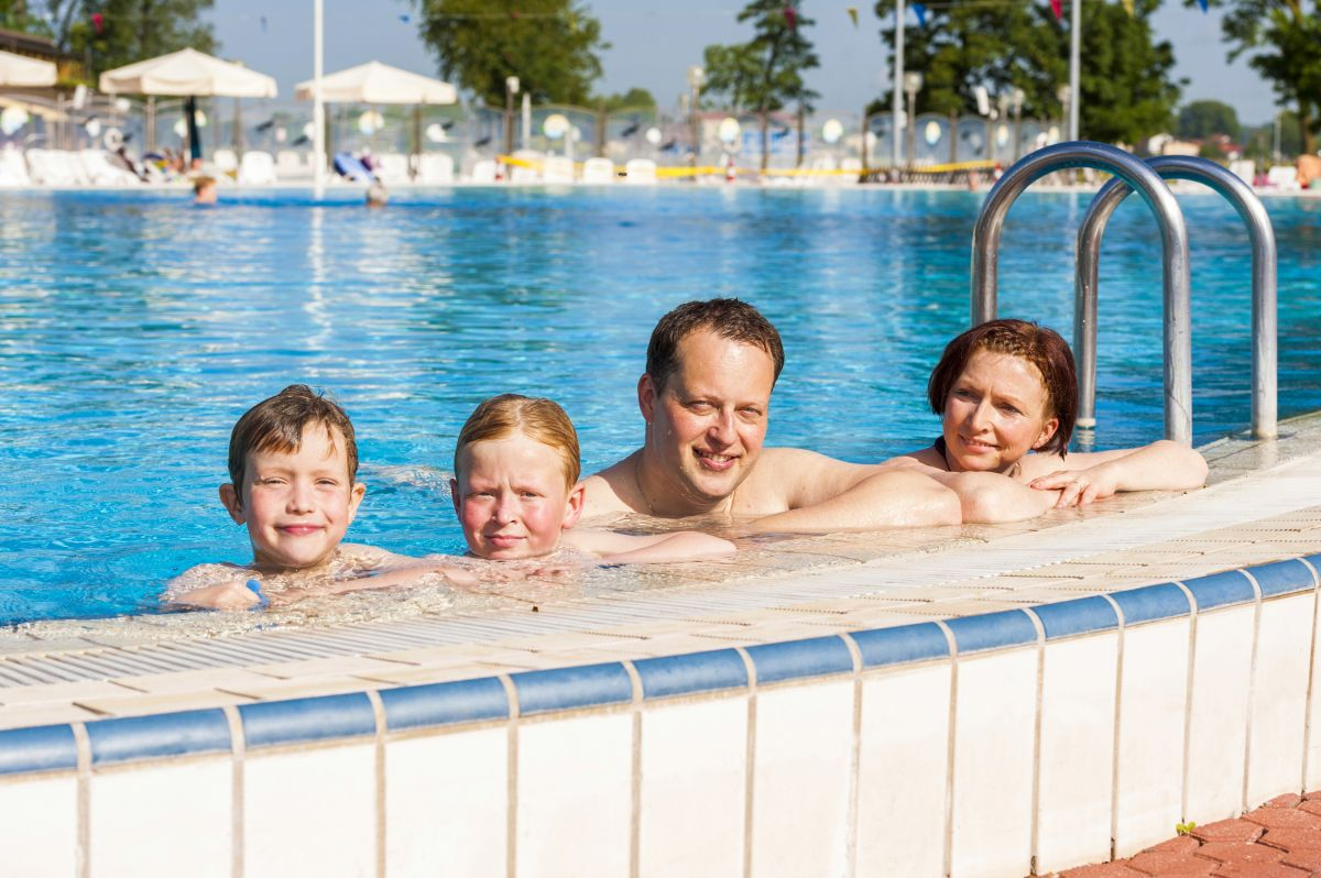 https://www.sava-camping.com/en/imagelib/banner-gallery/default/TB-Terme-Banovci/Vodni-Park/Outdoor pools_Family playing in the pool_07_TB_Foto ZV_09 14.jpg